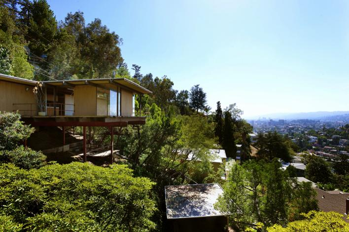 Raul f garduno cantilevered mid century modern home in for Modern house design on hillside