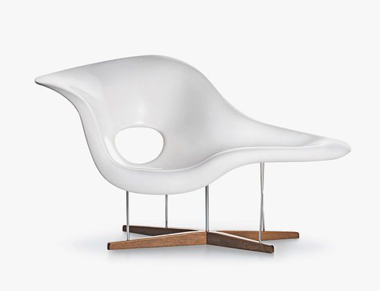 La chaise s curvy elegance by charles and ray eames for Chaise fauteuil eames