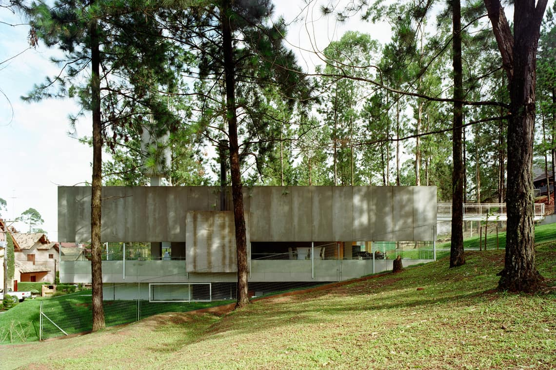modernist house in portugal - Casa em Aldeia da Serra - exterior side view