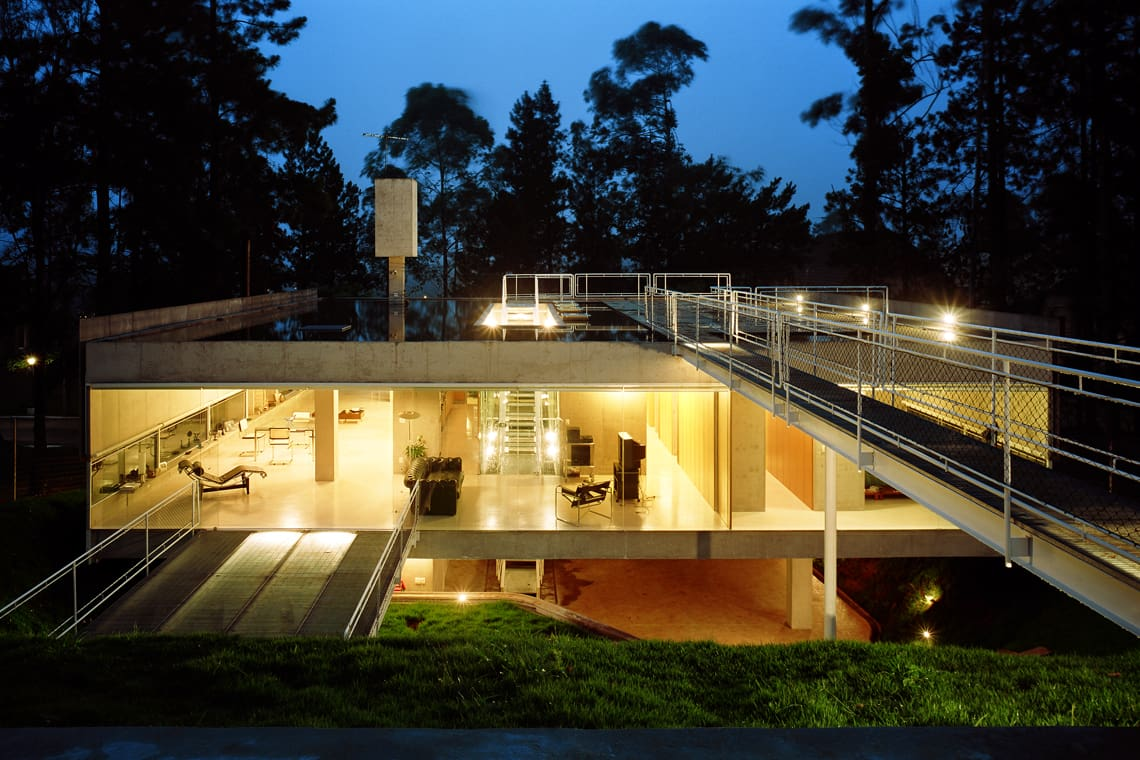 modernist house in portugal - Casa em Aldeia da Serra - exterior night