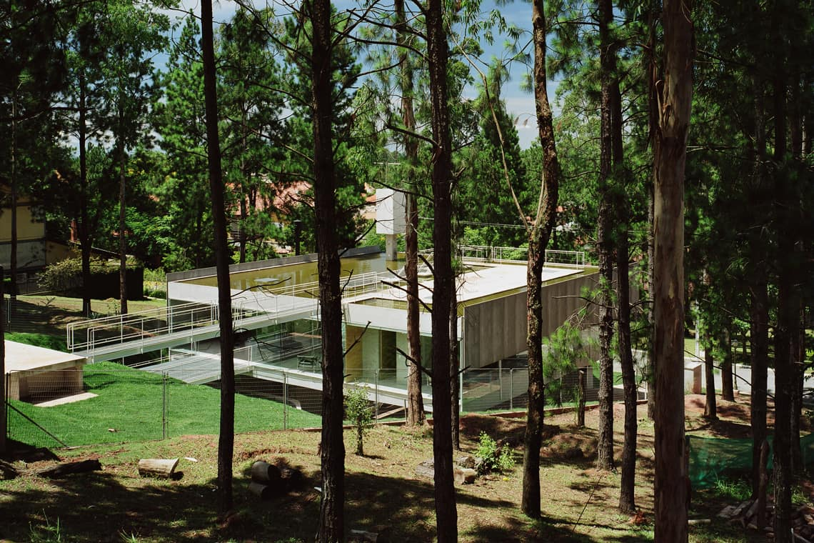 modernist house in portugal - Casa em Aldeia da Serra - exterior from woods