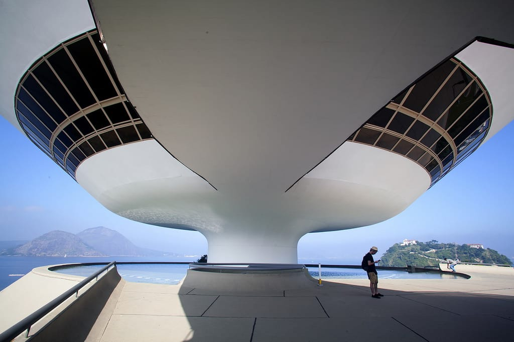 in addition Remember Oscar Niemeyer Legendary Architect And Master Of The Curve In His Own Words together with Oscar Niemeyer Architect Of The People as well 64541776 besides Osgemeos. on oscar niemeyer contemporary art museum