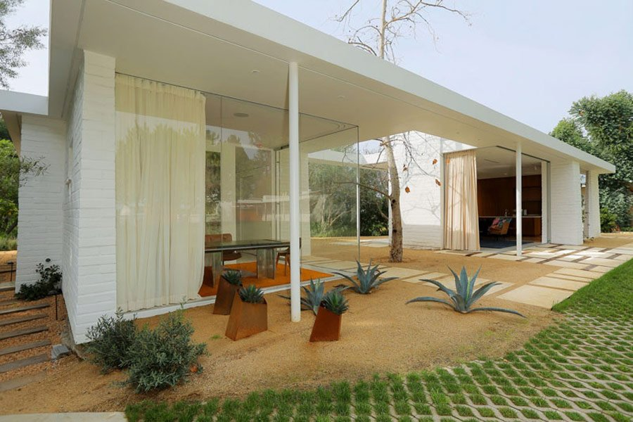 Mid Century Style home by Struere - outside