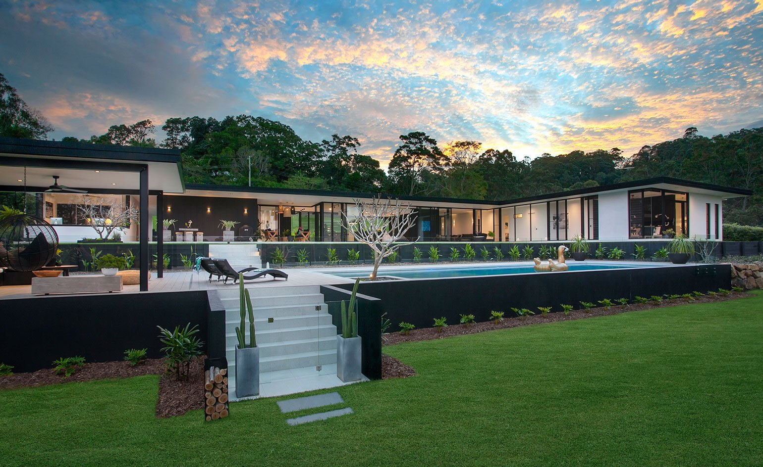 Contemporary house - architect Sarah Waller's Doonan Glass House - exterior