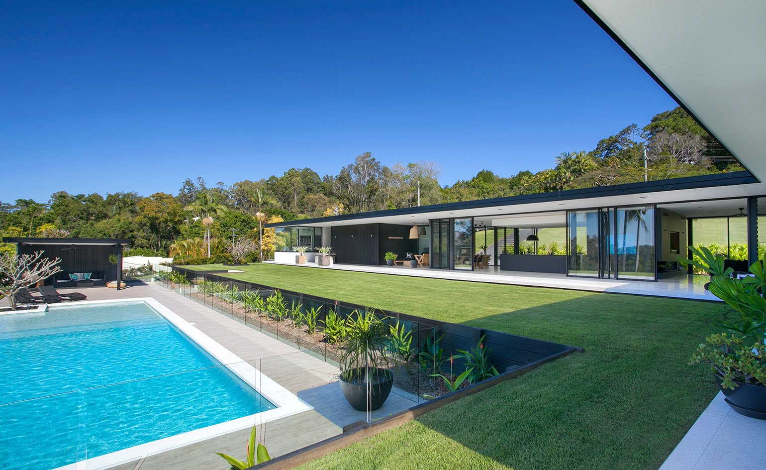 Contemporary house - architect Sarah Waller's Doonan Glass House - pool