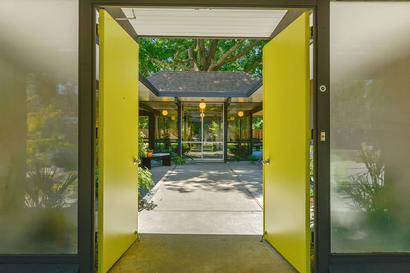 big size Eichler in Walnut Creek - entrance