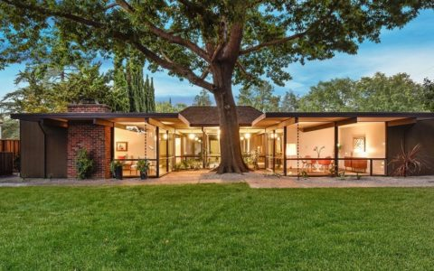 big size Eichler in Walnut Creek - exterior front