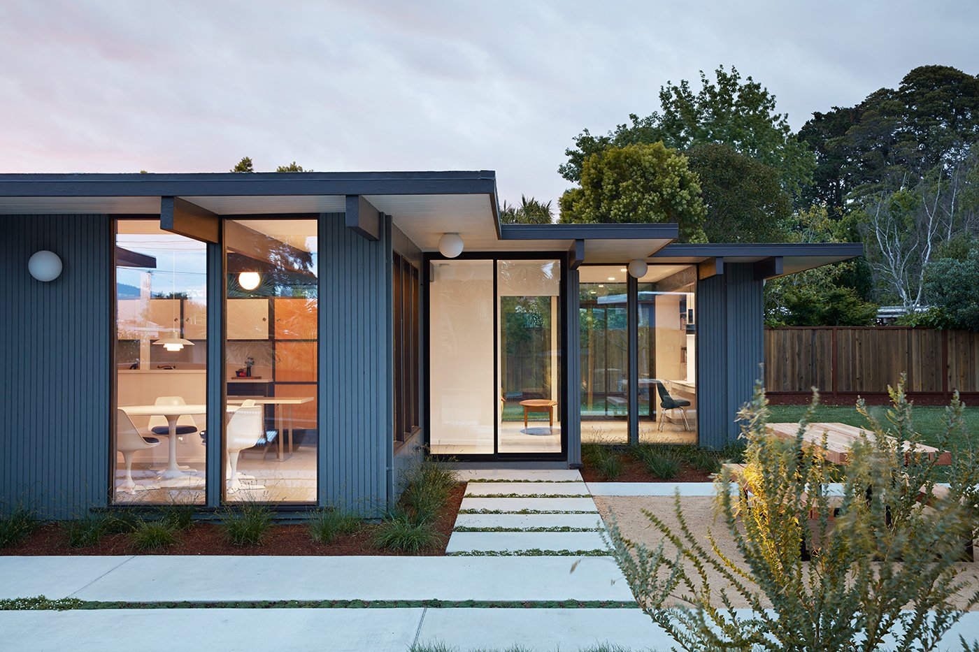 Eichler house in San Mateo Highlands - Klopf architecture - exterior back