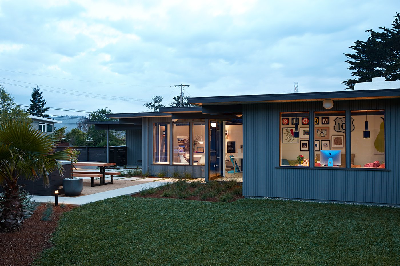 Eichler house in San Mateo Highlands - Klopf architecture - outside back garden