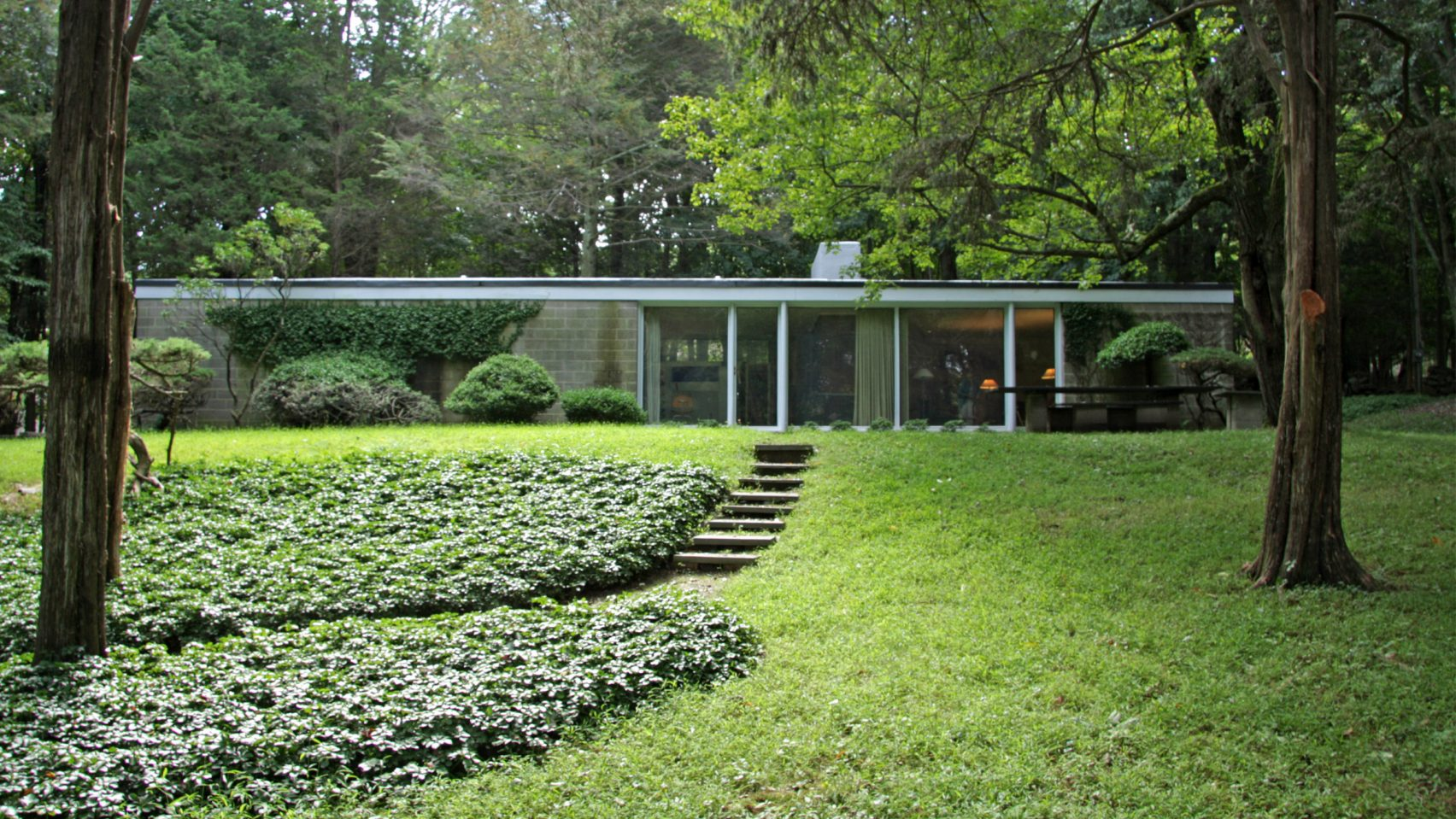 philip-johnson-booth-house-modernist-home-exterior front