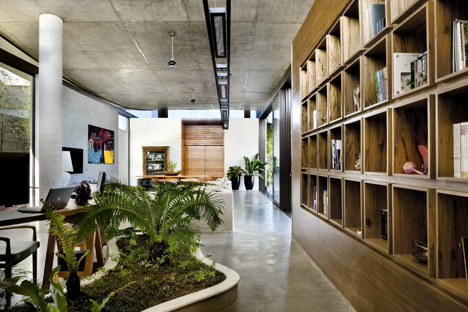 climbing house - contemporary house in Brazil by leo romano -