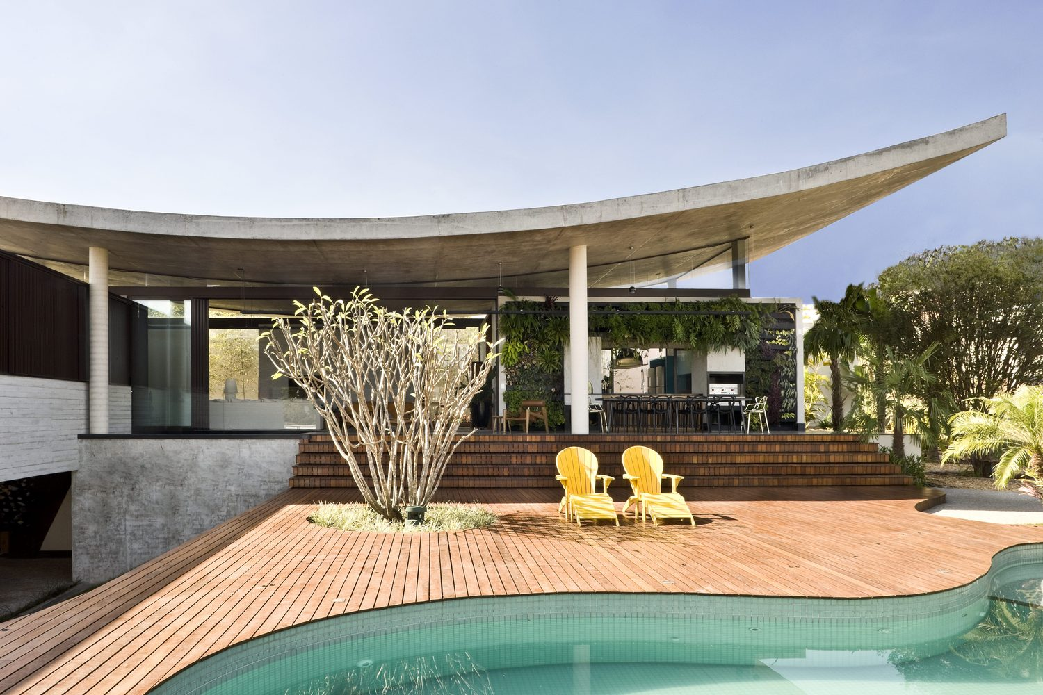 climbing house - contemporary house in Brazil by leo romano - pool
