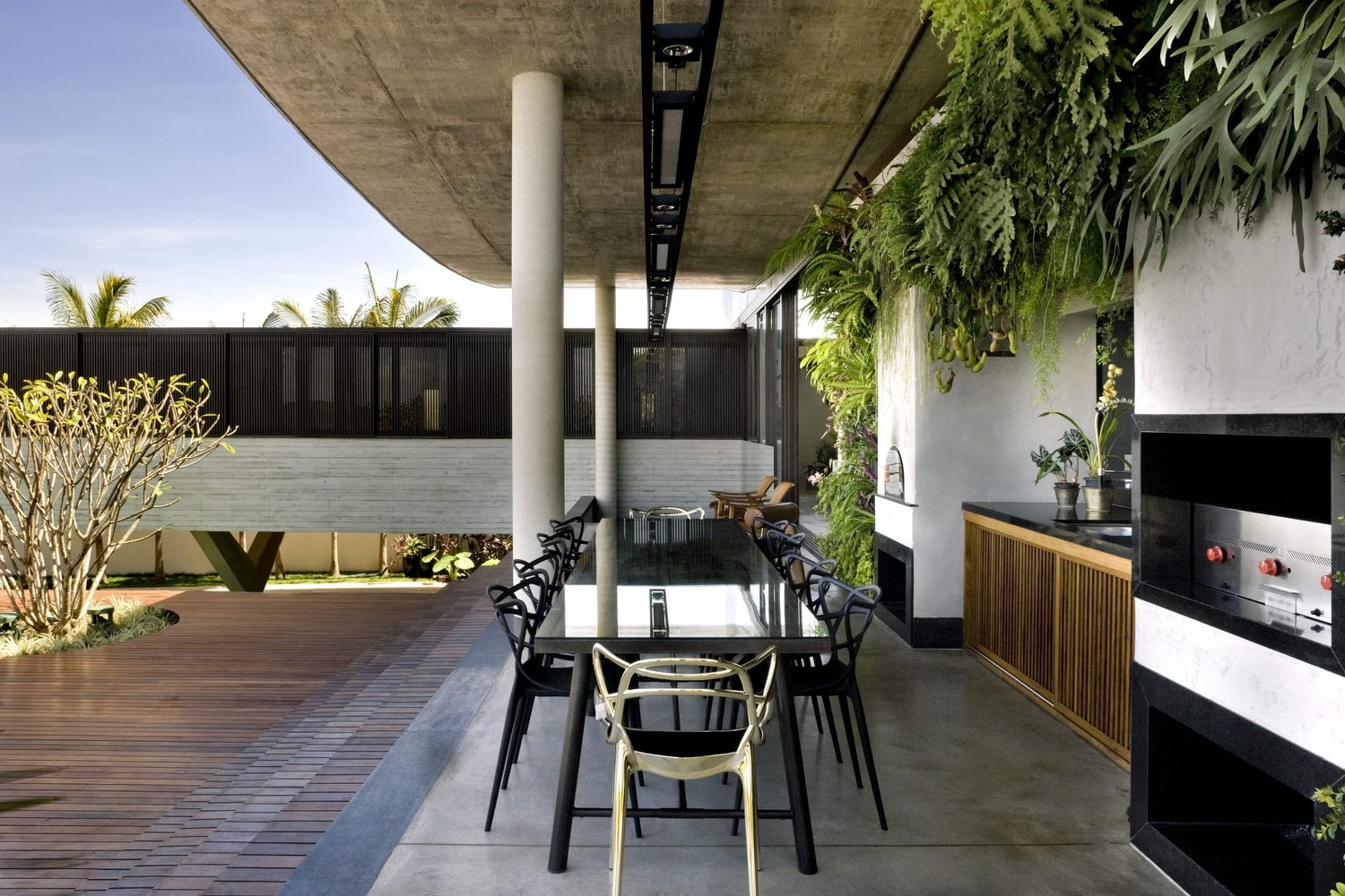 climbing house - contemporary house in Brazil by leo romano - dining area