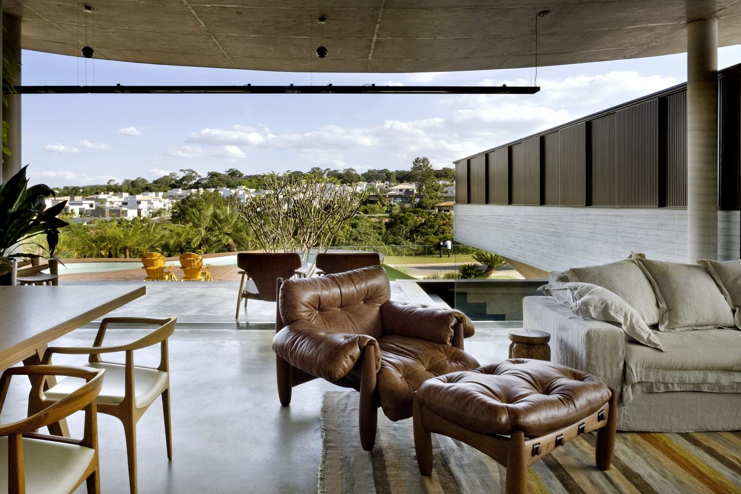climbing house - contemporary house in Brazil by leo romano - living area