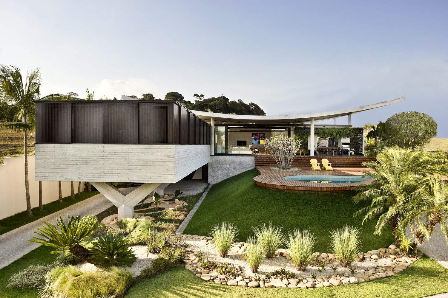climbing house - contemporary house in Brazil by leo romano - front