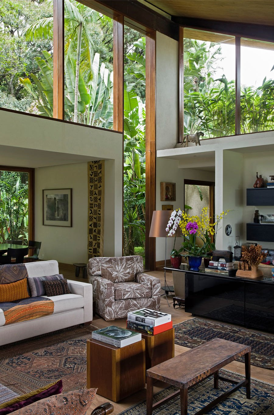 contemporary Brazilian house - gui mattos residencia baroneza - living room
