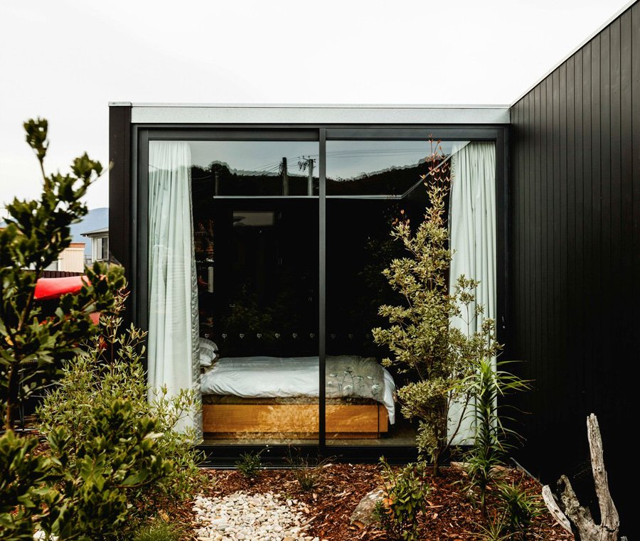 Five Yards modern House - Archier architects - view on bedroom from outside