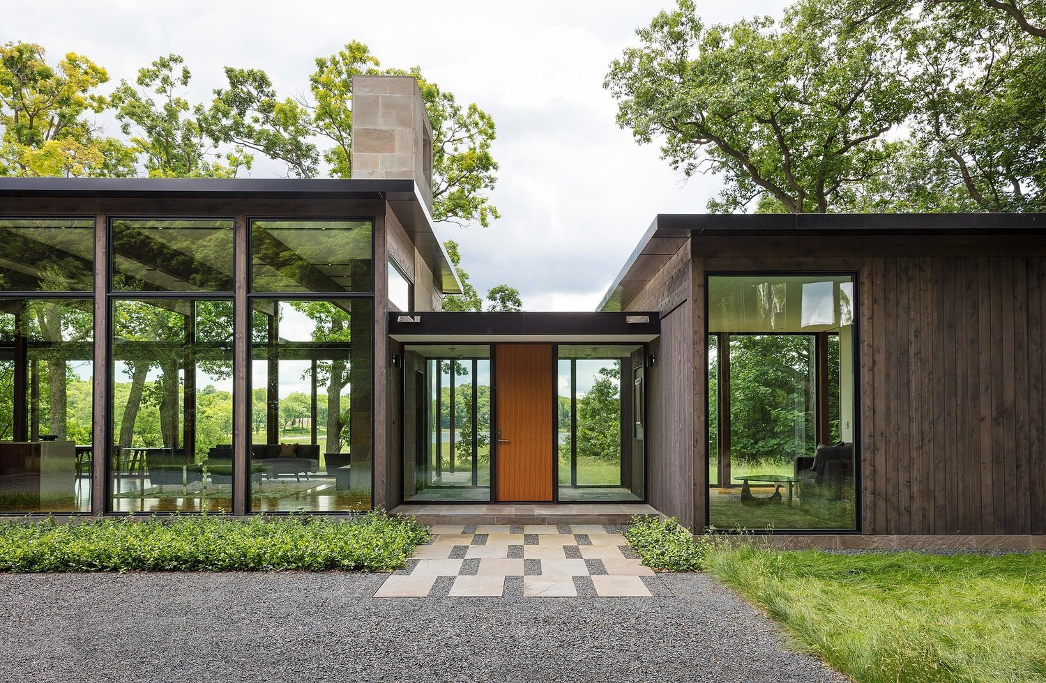 Modernist Woodland House - Altus architecture - entrance