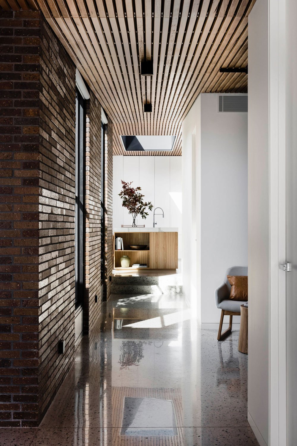 FIGR architects Courtyard House inside-corridor