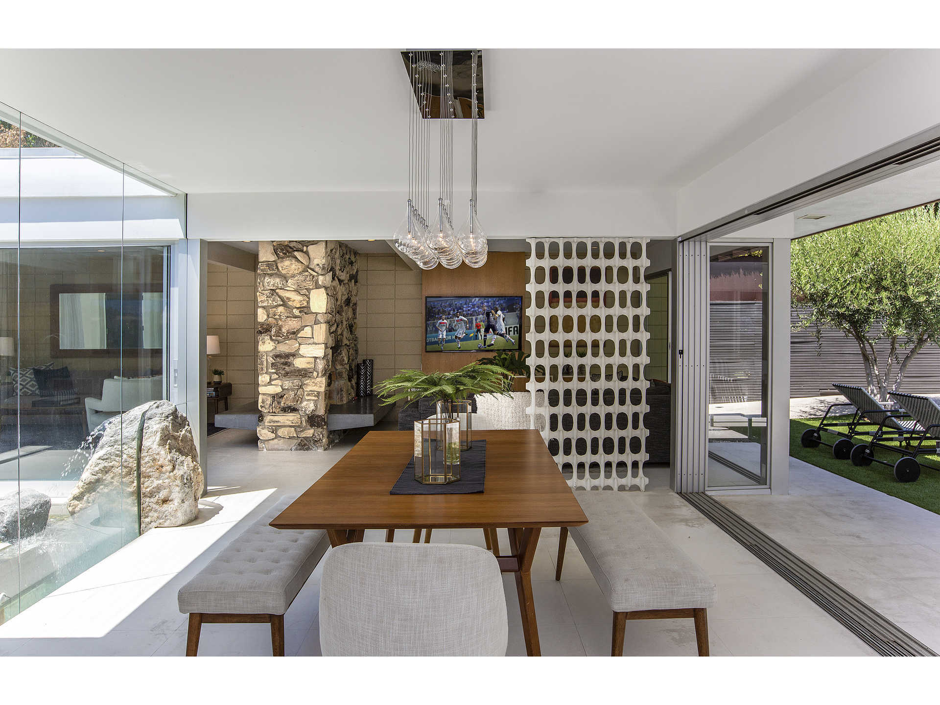 1959 midcentury home in Los Angeles - dining area