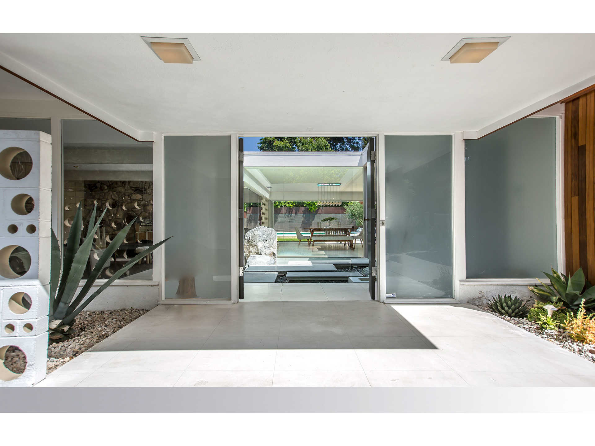 1959 midcentury home in Los Angeles - entrance