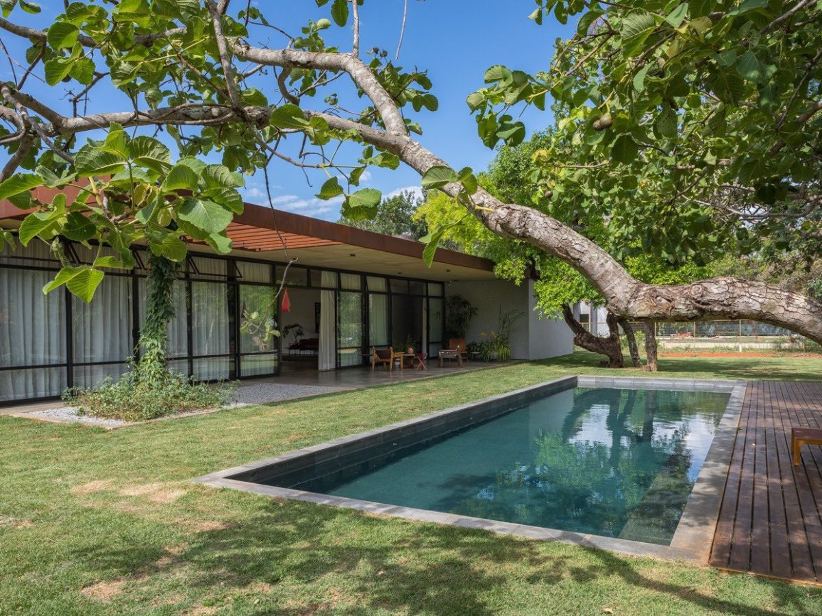 Modernist family home brazil - Outside pool
