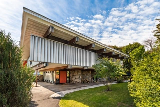 midcentury home in Boucherville